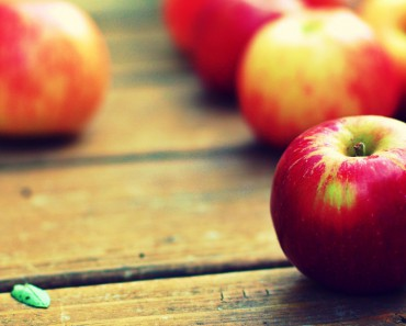 Wonderful-Apple-Wallpaper-Wooden-Image-Fruit-Picture